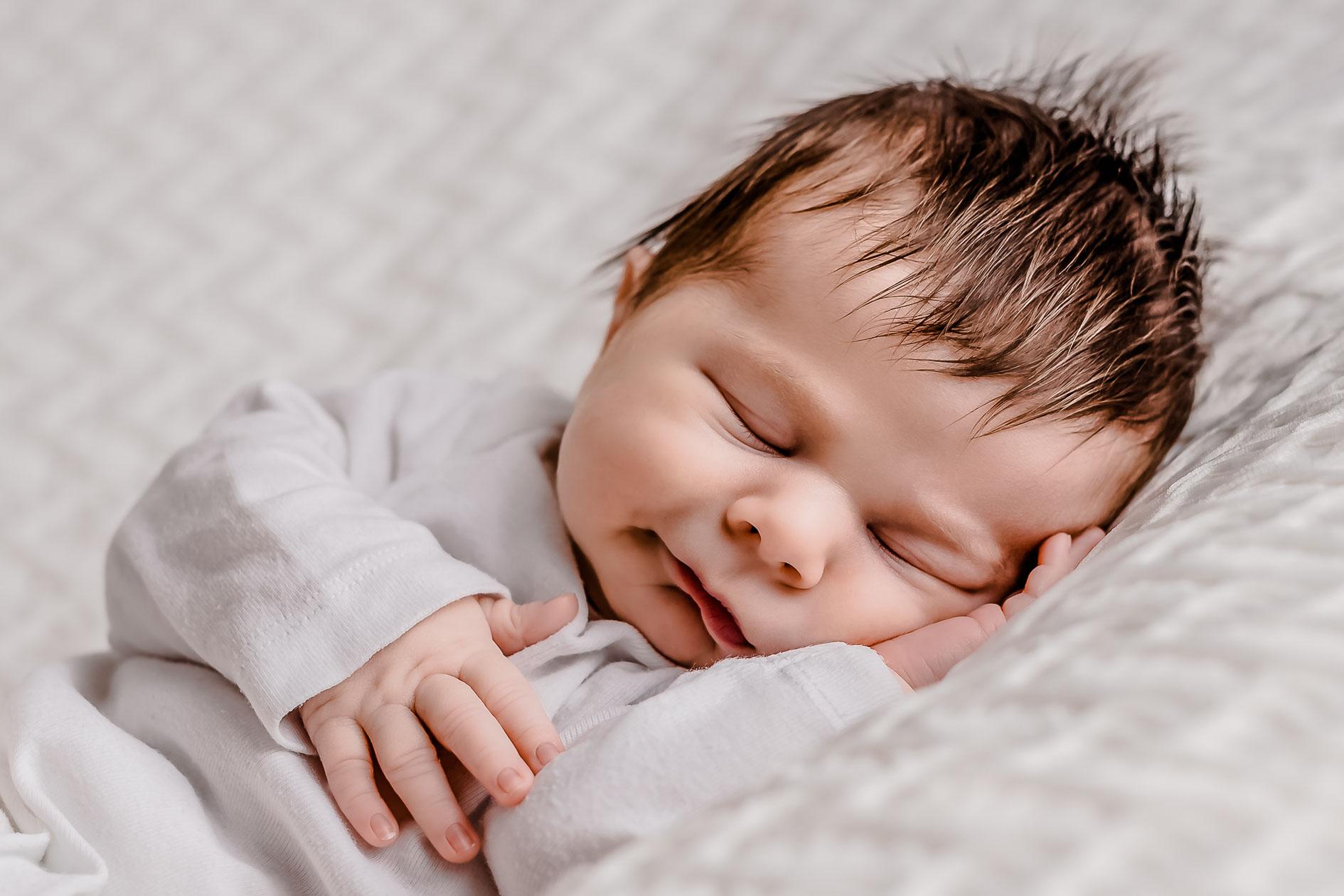 Newborn Session Pure Fotografie die Lichtzeichnerin Pure Babyfotografie ganz in weiss