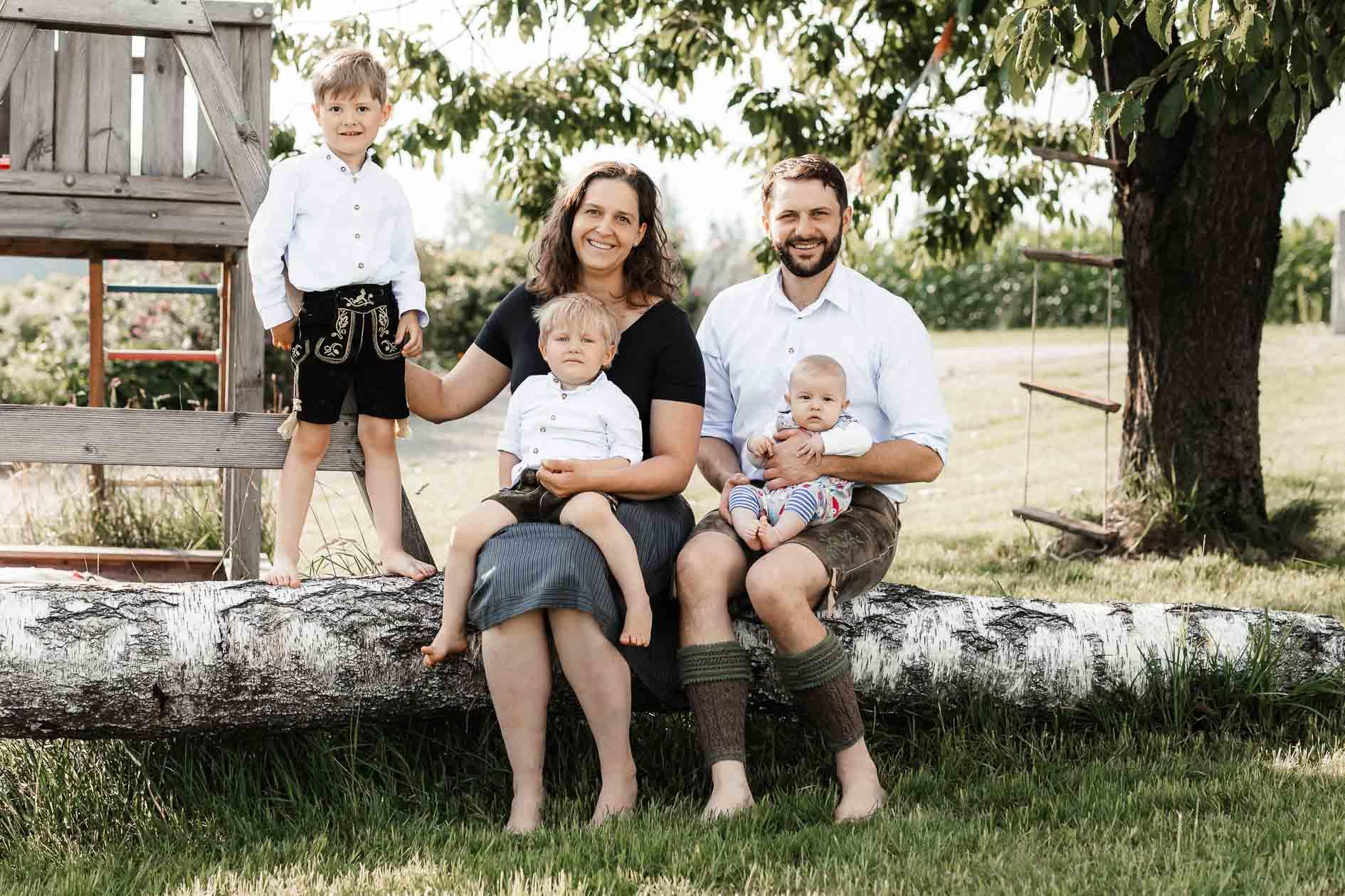 Familienbilder im heimischen Garten, authentisch und echt - die Lichtzeichnerin