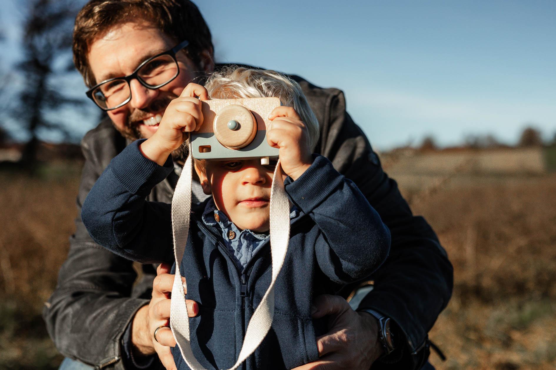 Papa mit Sohn Outdoor im Herbst mit der Lichtzeichnerin Simone Lerner