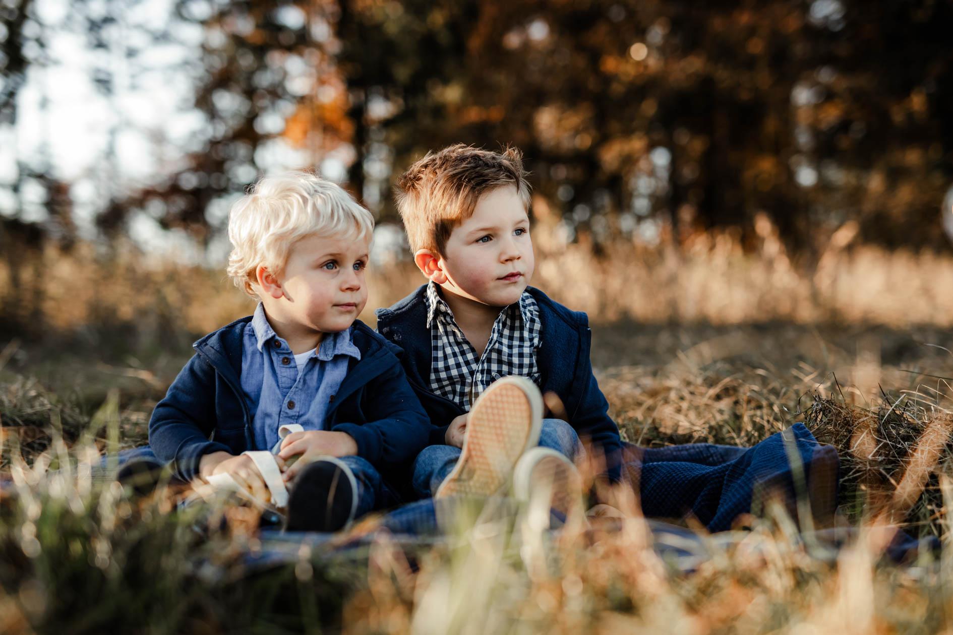 Brüder Outdoor im Herbst mit der Lichtzeichnerin Simone Lerner