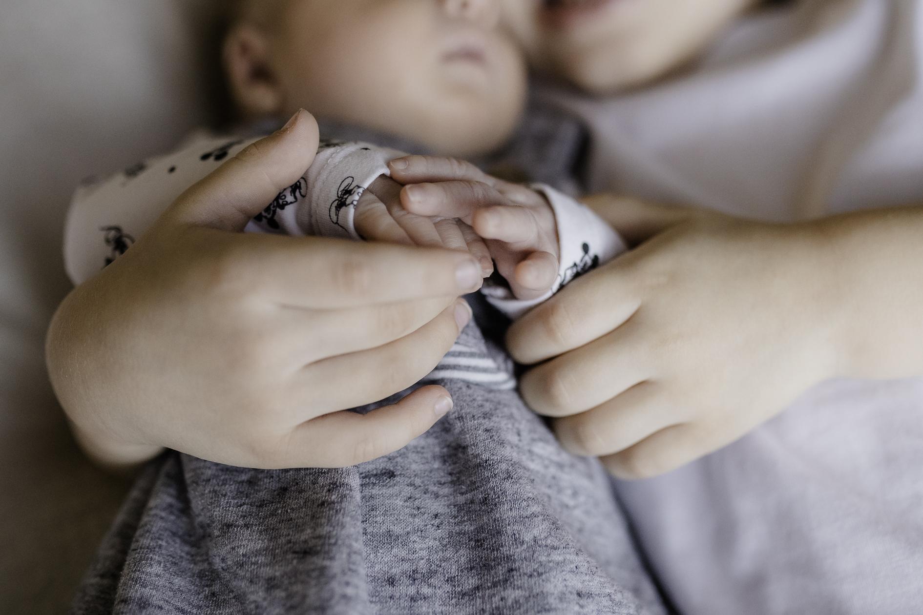 Newborn Session Pure Babyfotografie die Lichtzeichnerin Homestory Details Hände großer Bruder und mit Baby