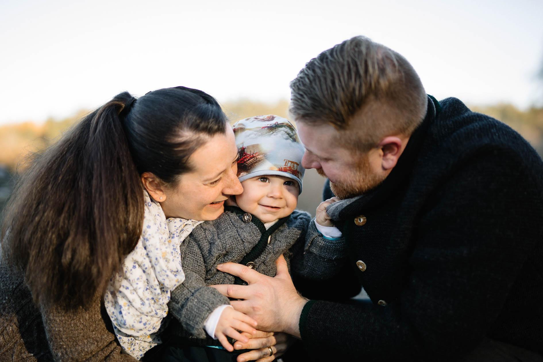 eine Familie beim Familienshooting mit der Lichtzeichnerin Outdoor im Winter
