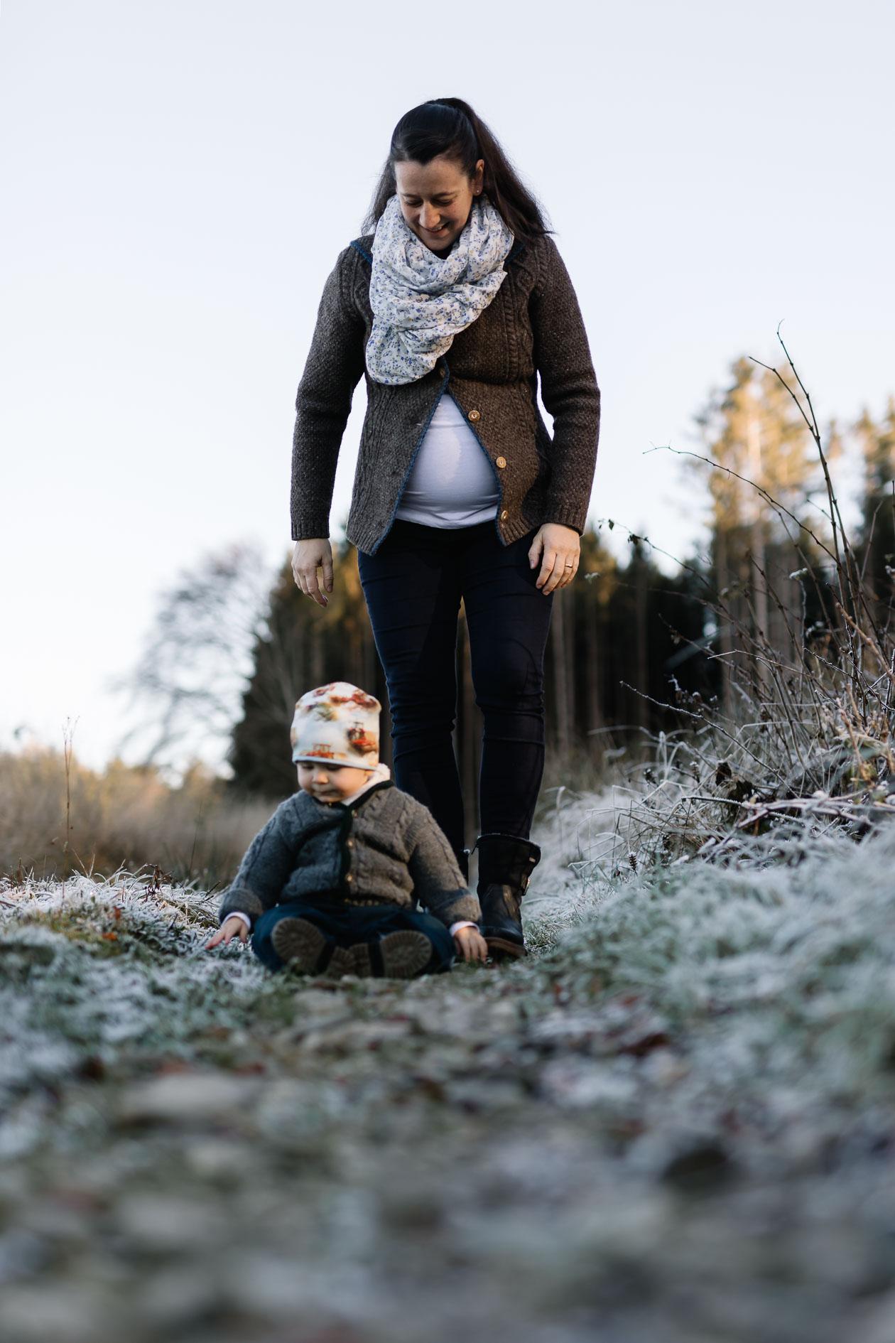 Mutter und Sohn beim Familienshooting mit der Lichtzeichnerin Outdoor im Winter