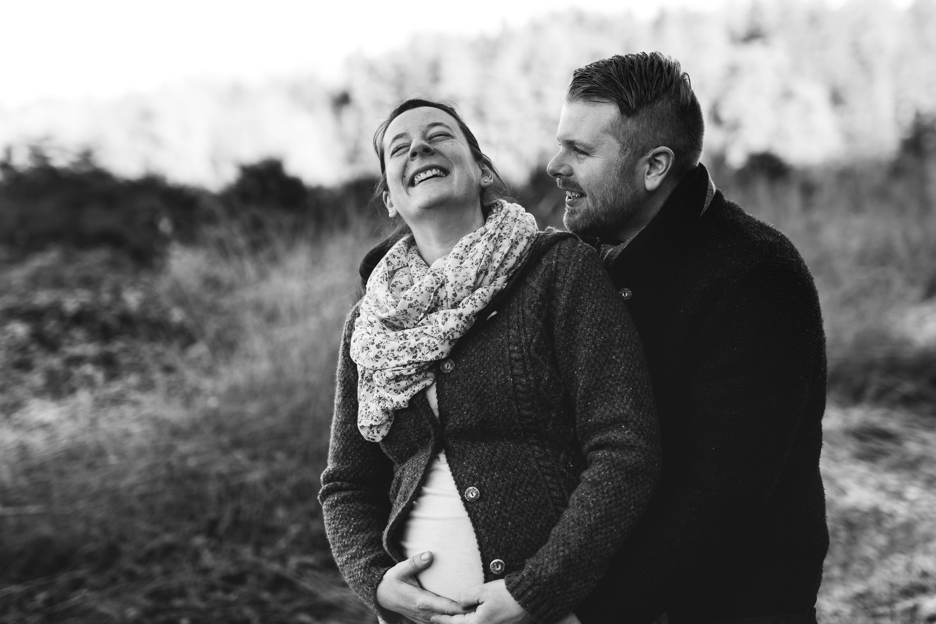 Babybauchfotografie mit Partner Liebe im Bauch Die Lichtzeichnerin unterwegs im eisigen Wald