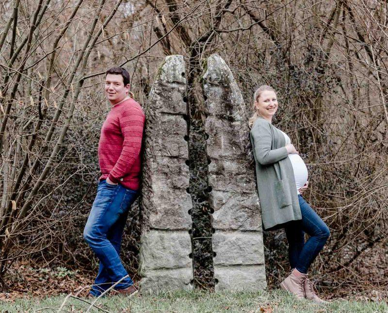 Babybauchfotografie mit Partner Liebe im Bauch Die Lichtzeichnerin unterwegs am Inndamm in Wasserburg am Inn