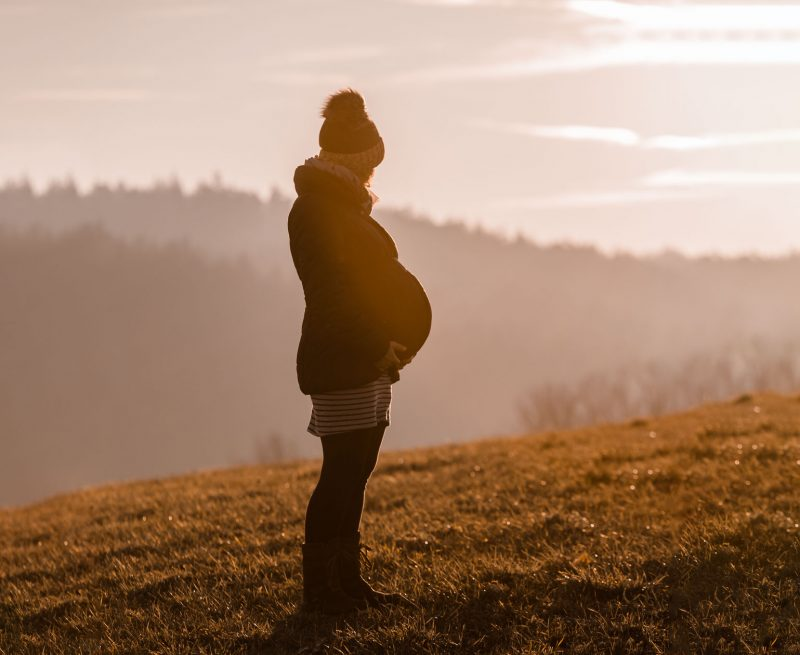 Babybauchfotografie Liebe im Bauch Die Lichtzeichnerin unterwegs in Aschau am Inn mit Zwillingsbabybauch